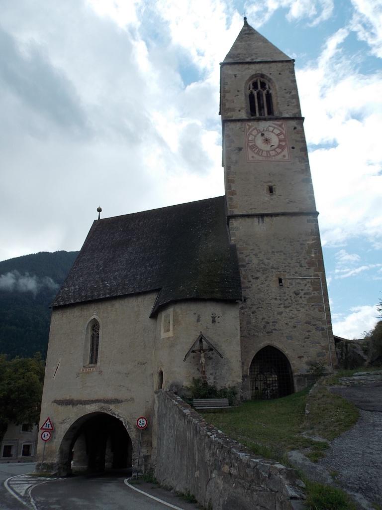 Laatsch Kirche mit Durchfahrt Etschradweg von der Quelle bis Meran