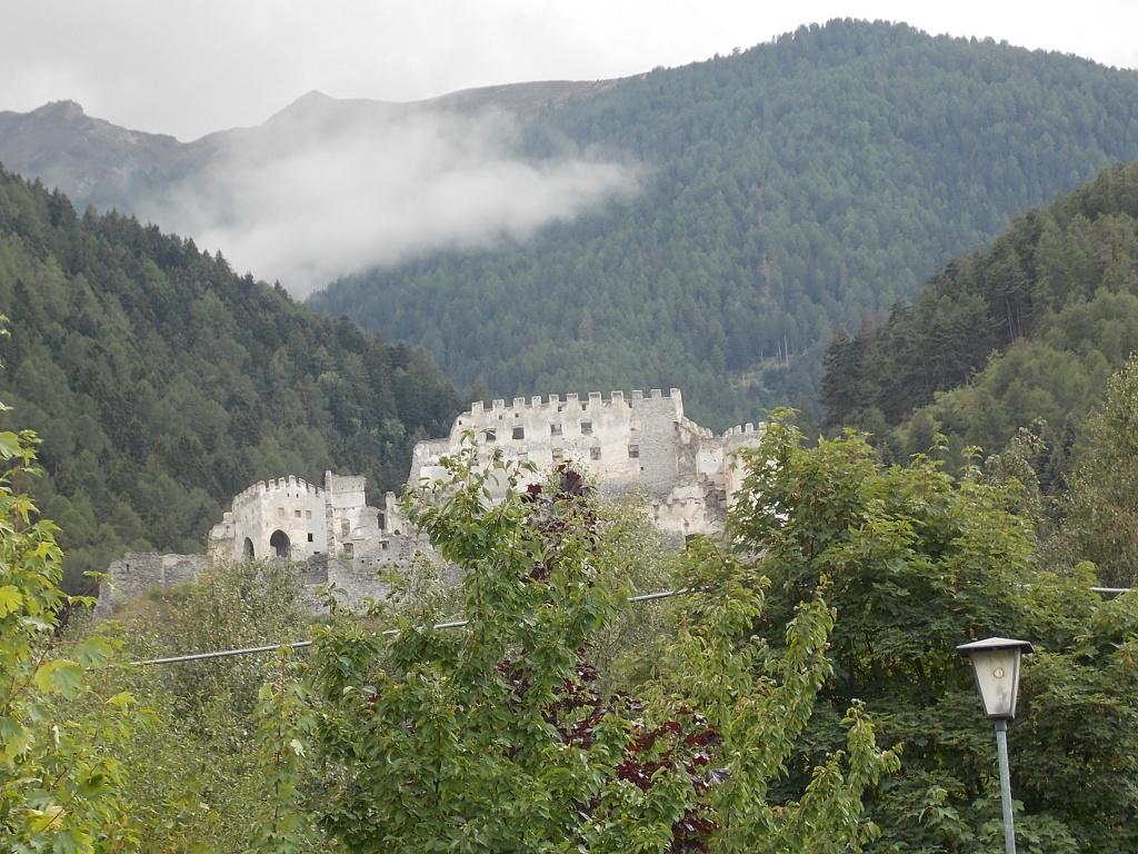 Castello Di Montechiaro Etschradweg Vinschgauer Radweg Etschweg. Es ist ein ehemaliges Schloss oben auf dem Berg zu sehen.