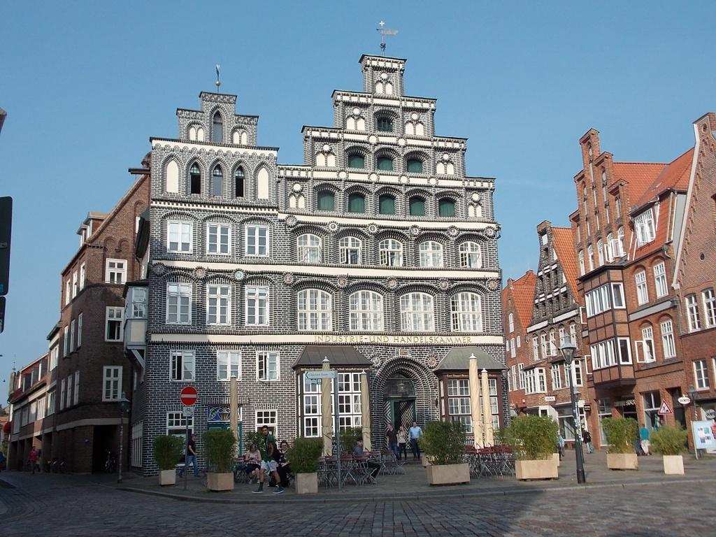 Lüneburg Am Sande IHK ein altes, aber intaktes, in grau weiß gehaltenes Gebäude.