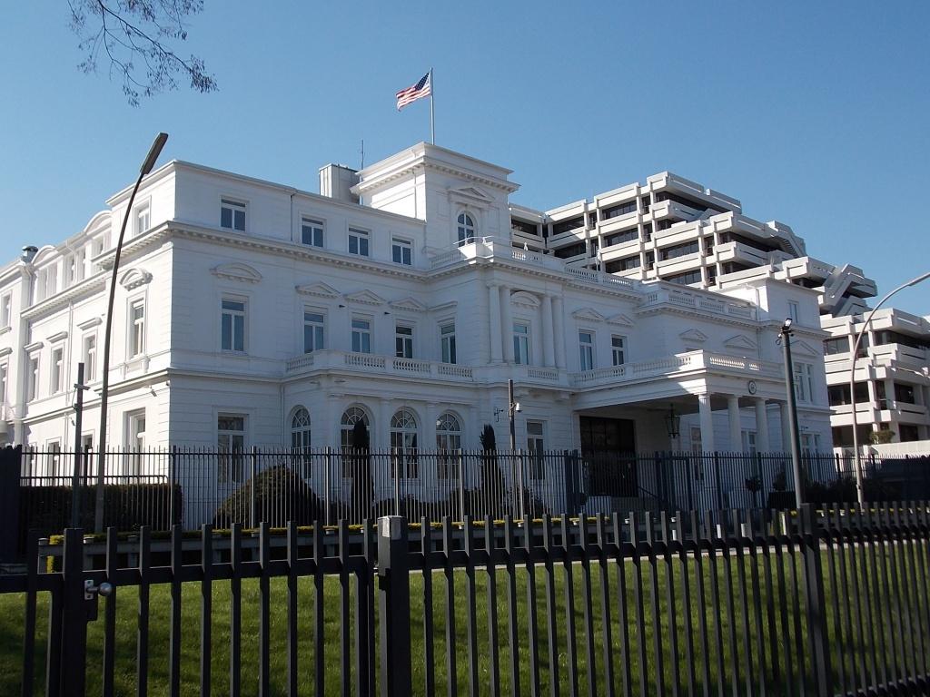 Das Weisse Haus in Hamburg ist das Konsulat der Amerikaner und es ist dem Weißen Haus in Washington doch etwas ähnlich.