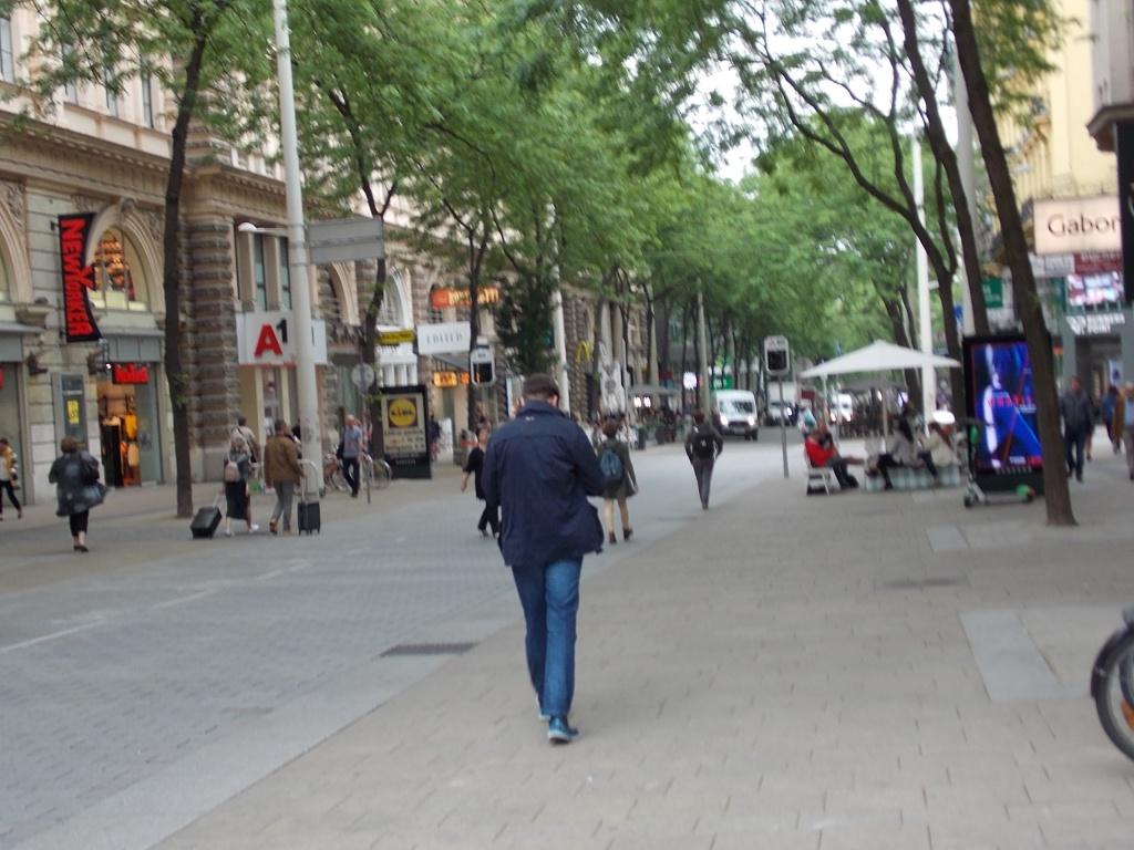 Wien Mariahilfer Straße eine Straße die zum Bummeln einlädt.