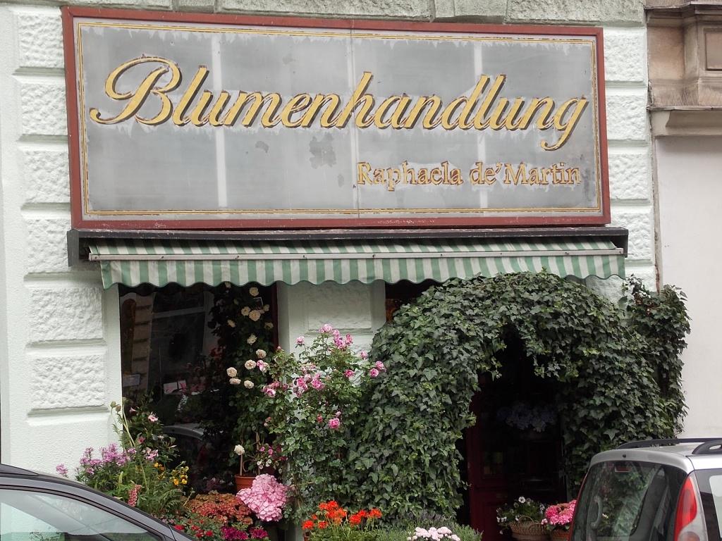 Wien Burggasse Blumenladen Blumenhandlung der wie eine Oase aussieht.