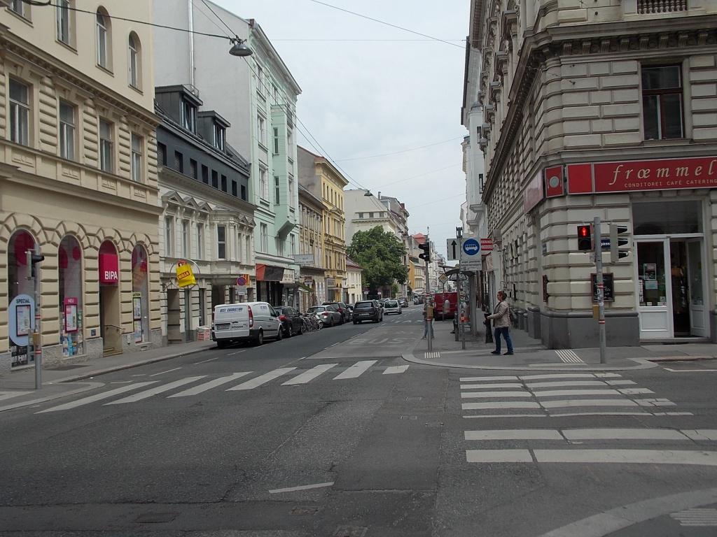 Wien Burggasse eine Straße mit vielen kleinen Geschäften.