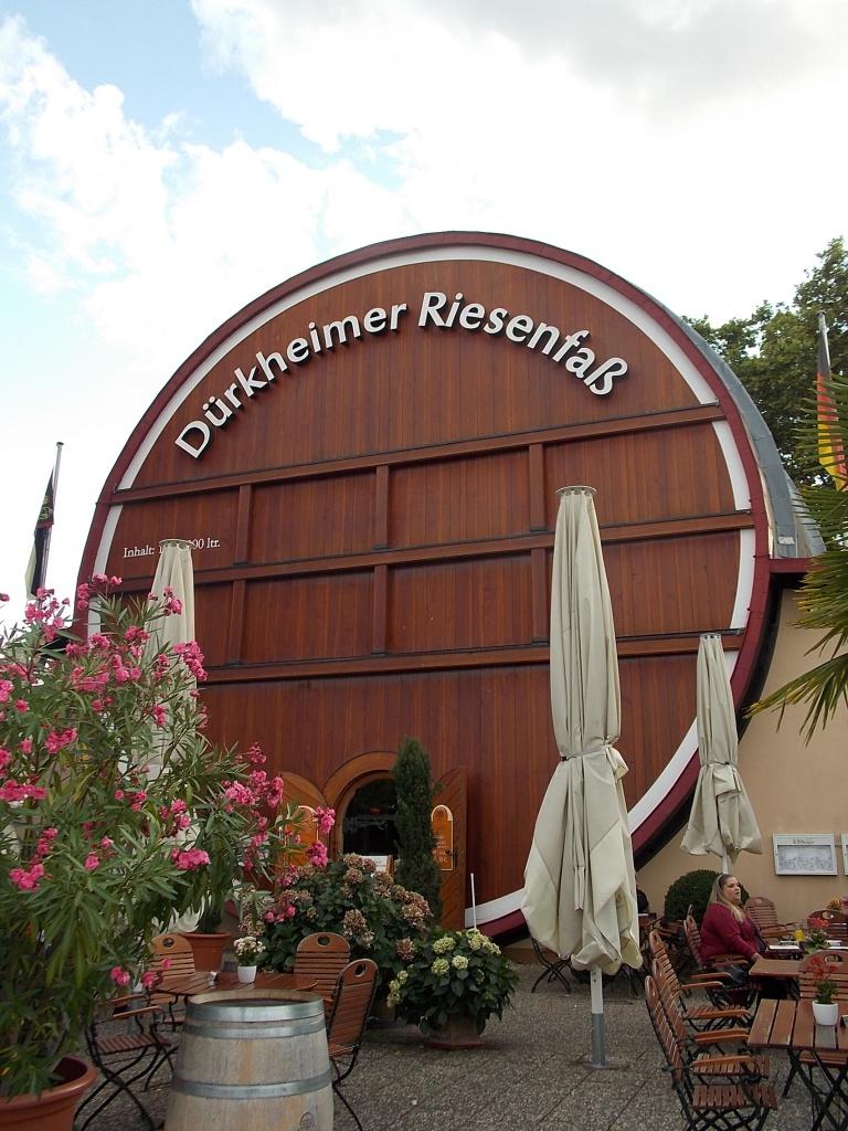 Bad Dürkheim grösste Weinfass der Welt Deutsche Alleenstrasse Etappe 6
