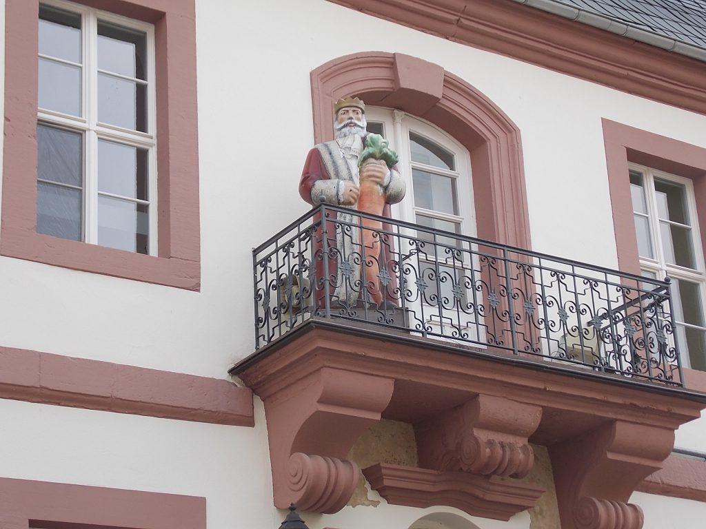 Heilbad Heiligenstadt Rathaus und Möhrenkönig auf Rathausbalkon