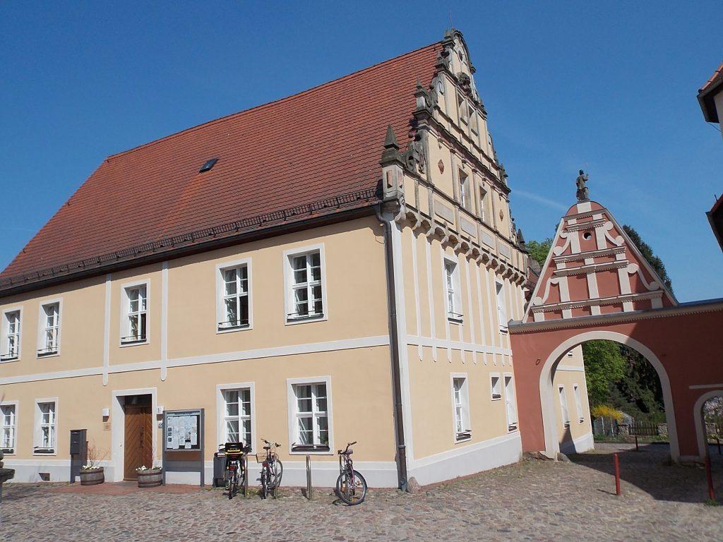 Wiesenburg Rathaus mit Männekentor