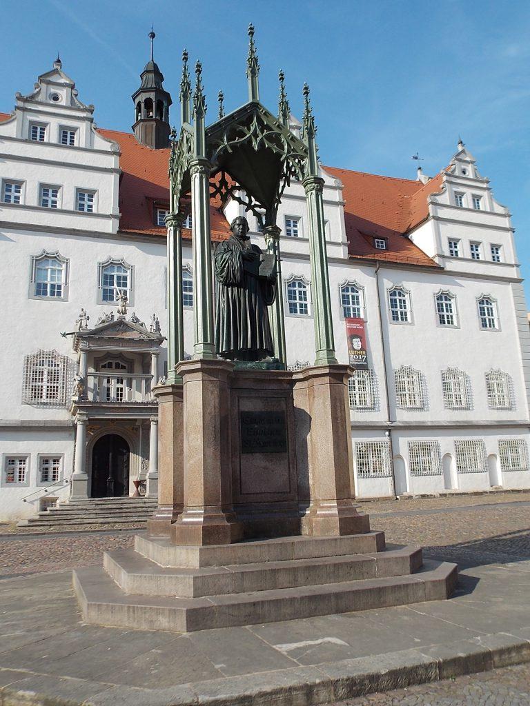 Lutherstadt Wittenberg Lutherdenkmal und Rathaus