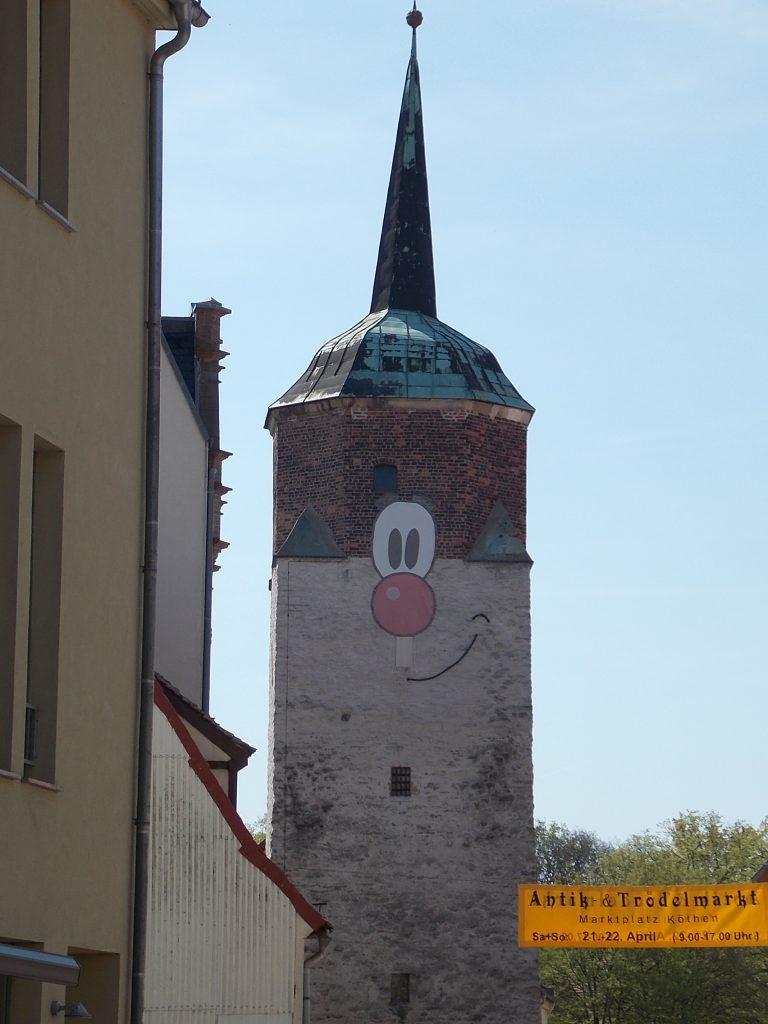 Köthen Hallescher Turm mit Stadtmaskottchen Halli