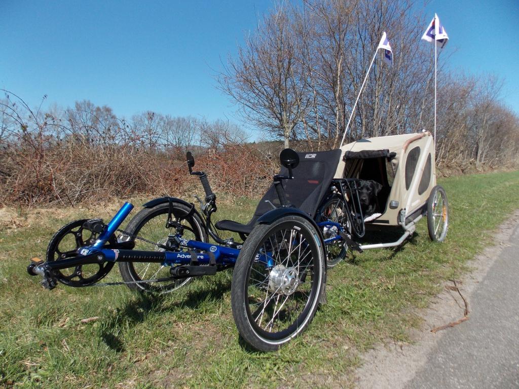 Lady in ihrem Croozer Dog und Wicky, das ICE Adventure RS mit Rohloff. Gefahren werden sollte eine 80 km Tour nach Nortorf und zurück nach Ascheffel, geworden sind es 91 km.