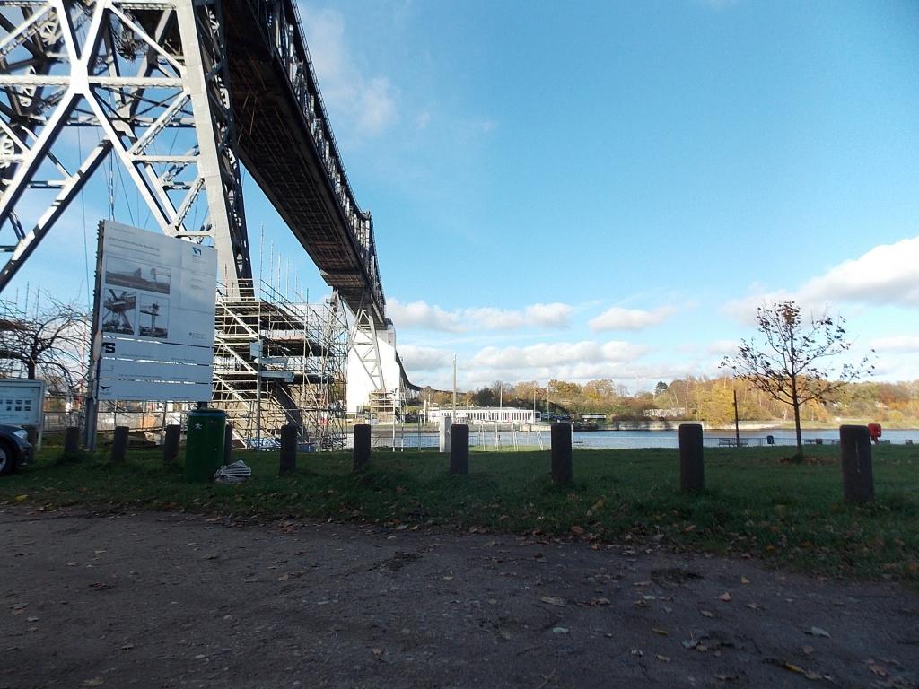 Schwebefähre Osterrönfeld an der Bahnbrücke aufgehängt