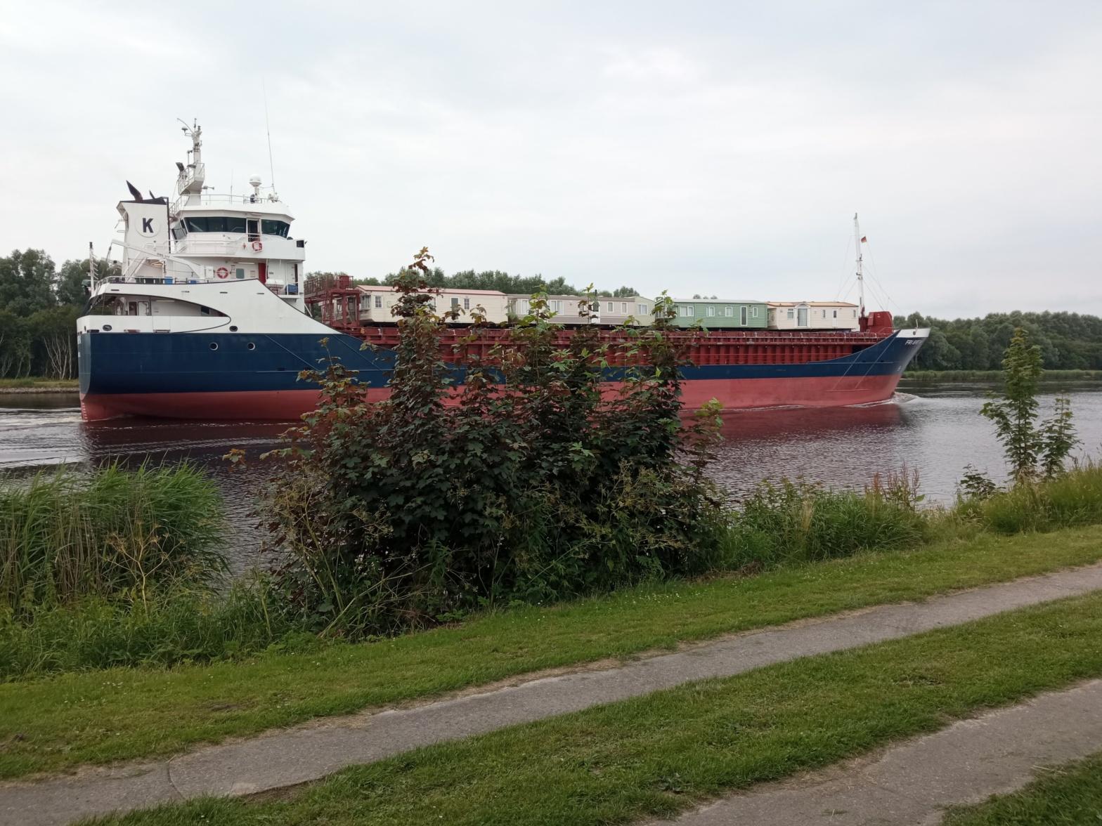 Frachtschiff mit Mobilheim Nord-Ostsee-Kanal Oldenbüttel Breiholz